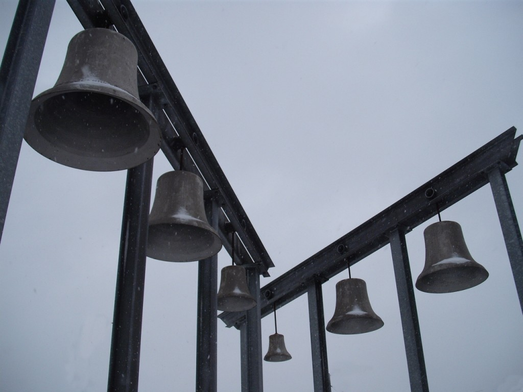 "Sculpture of old bells from the Sterkrade bell-tower (""Glocken aus dem Glockenturm in Sterkrade, als Denkmal vor dem Bahnhof aufgehangen""). Photo by Anne-theatre. CC-BY-SA 3.0."