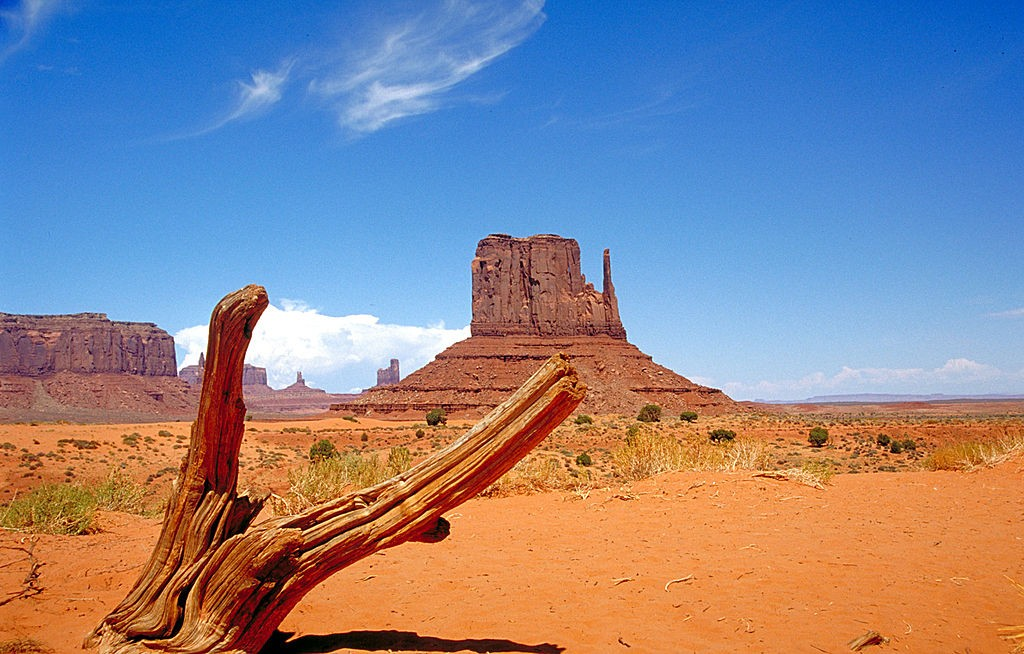 West Mitten Butte Monument Valley, view northeastward from Arizona to Utah. By Huebi. CC-BY 2.0.