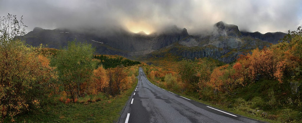 A mountain massif on Flakstadøya island backgrounding the road to Nusfjord village, Lofoten, Nordland, Norway. By Ximonic (Simo Räsänen). GFDL 1.2.
